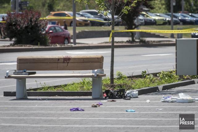 La police a érigé un périmètre de sécurité... (PHOTO OLIVIER PONTBRIAND, LA PRESSE)