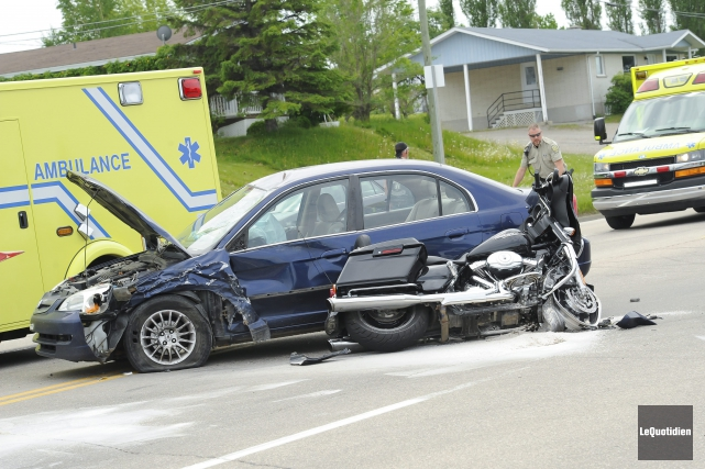 Un accident entre une moto et une automobile... ((Photo Le Quotidien, Gimmy Desbiens))