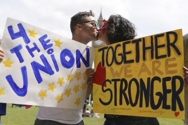 Plusieurs centaines de personnes se sont rassemblées devant... (AFP, Daniel Leal-Olivas)