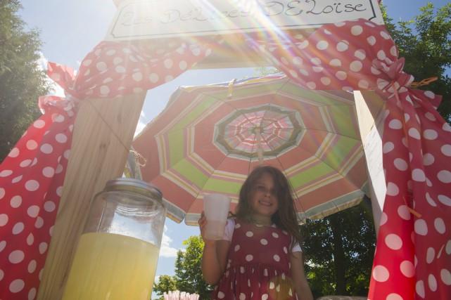 Éloïse, 7 ans, derrière le kiosque de sa... (Spectre média, Marie-Lou Béland)