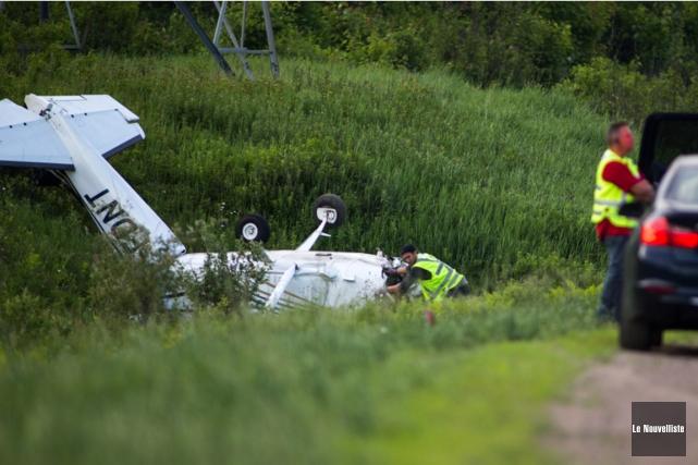 Un avionCessna 172 Skyhawka fait une embardéesur l'autoroute 40, près... (PHOTO OLIVIER CROTEAU, LE NOUVELLISTE)