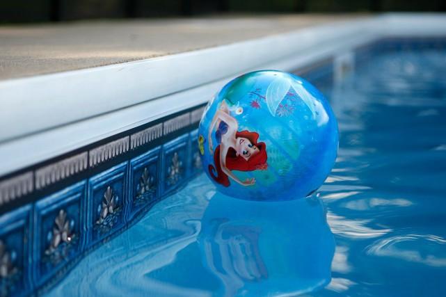 Un bambin de quatre ans s'est noyé, samedi soir, dans la piscine de sa... (Archives, La Presse)