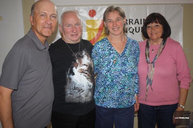 Mario et Francine Nadeau, entourés de leurs généreux... (La Tribune, Yanick Poisson)