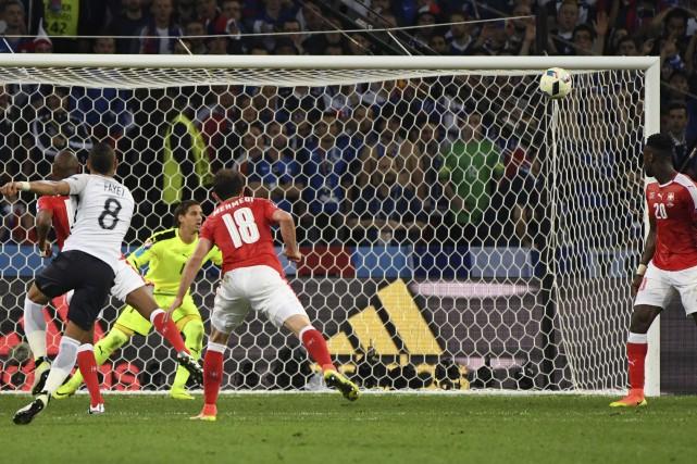 Les Français ont frappé deux fois la barre... (Associated Press)