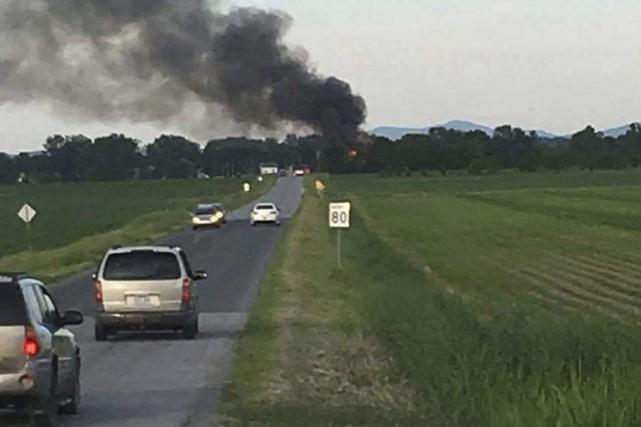 Un épais panache de fumée était visible à... (Tirée de Facebook)