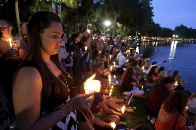 La foule a observé une minute de silence... (PHOTO John Raoux, AP)
