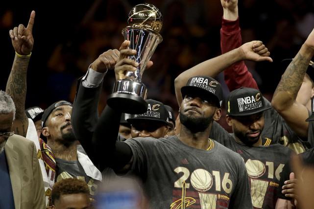 L'attaquant des Cavaliers de Cleveland LeBron James a... (AP, Marcio Jose Sanchez)