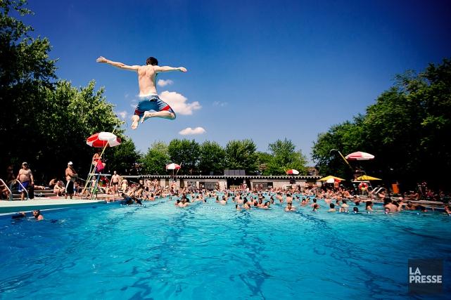Plusieurs personnes se rafraîchissent dans la piscine du... (PHOTO MARCO CAMPANOZZI, ARCHIVES LA PRESSE)