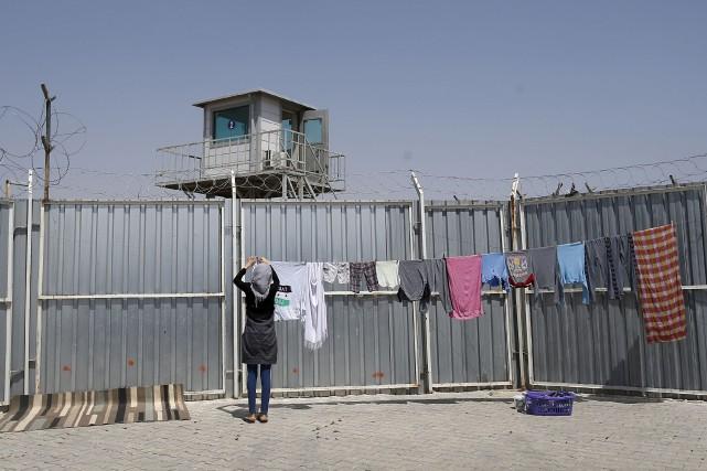 Une femme fait sécher des vêtements dans un... (Associated Press, Emrah Gurel)