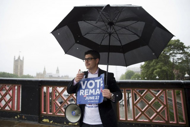 Campaigners hold placards for 'Britain Stronger in Europe',... (PHOTO JUSTIN TALLIS, AFP)