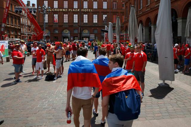 Des supporteurs de la Russie et du pays... (Photo Baz Ratner, Reuters)