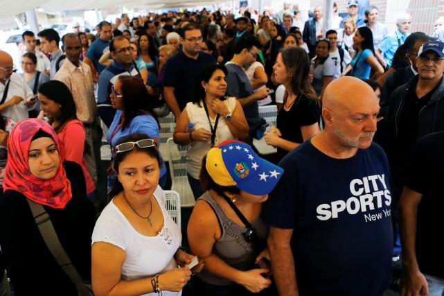 Habitués à patienter des heures face aux supermarchés,... (PHOTO Ivan Alvarado, REUTERS)