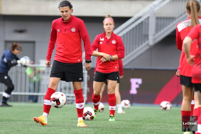 Christine Sinclair et Josée Bélanger feront partie de... (Photo Patrick Woodbury, archives Le Droit)
