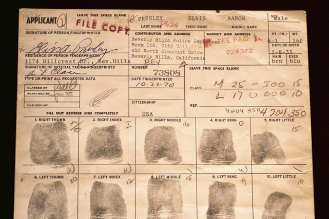 Un document original, avec toutes les empreintes digitales d'Elvis Presley et... (PHOTO AFP)