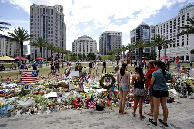 À Orlando, les gens continuent derendre hommage aux... (AP, John Raoux)
