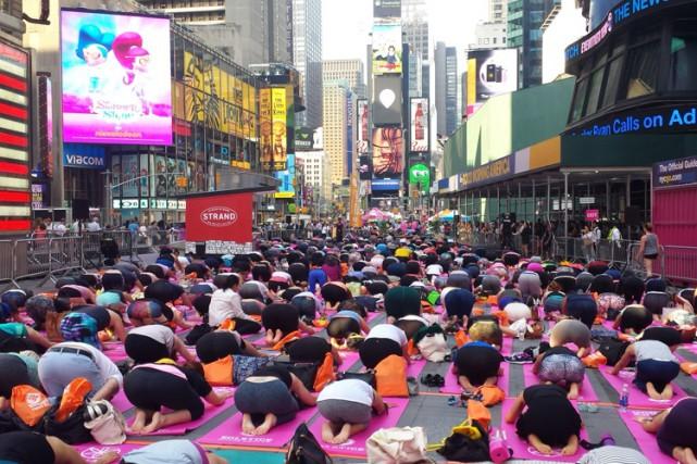 Selon une tradition bien établie, des milliers de fans de yoga se sont... (PHOTO AFP)