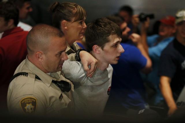 Michael Sandford a essayé de désarmer un policier... (AP, John Locher)