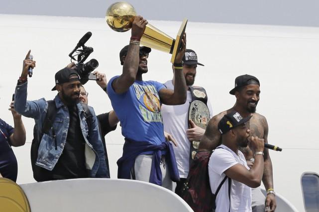 LeBron James avait promis de ramener le trophée... (AP, Tony Dejak)