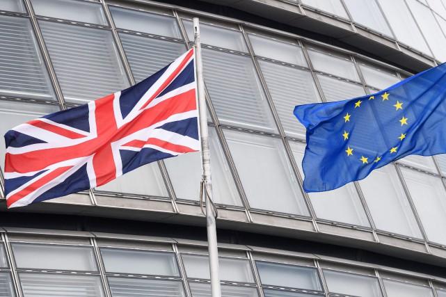 Le Guardian opte pour le maintien dans l'UE, le Sun pour le Brexit: de nombreux... (PHOTO LEON NEAL, AFP)