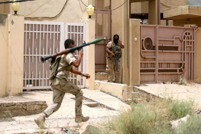 Les forces spéciales irakiennes ont profité des frappes... (PHOTO HAIDAR MOHAMMED ALI, AFP)