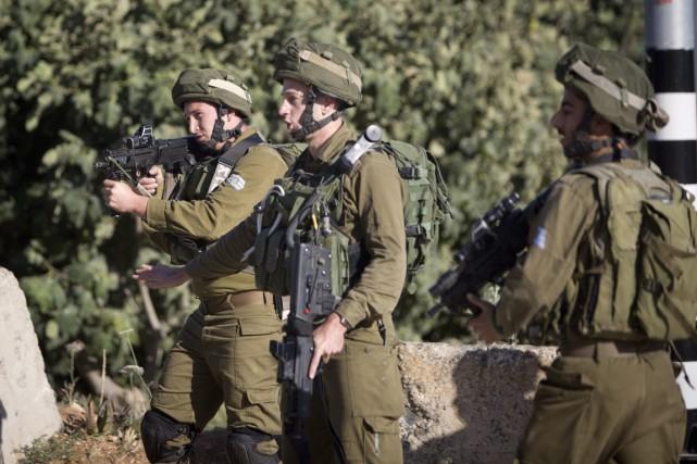 Des soldats israéliens montent la garde à un... (PHOTO Majdi Mohammed, ARCHIVES AP)