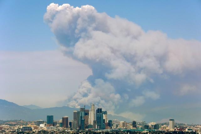 La fumée émanant de deux feux faisant rage... (PHOTO  Jonathan ALcorn , ARCHIVES REUTERS)