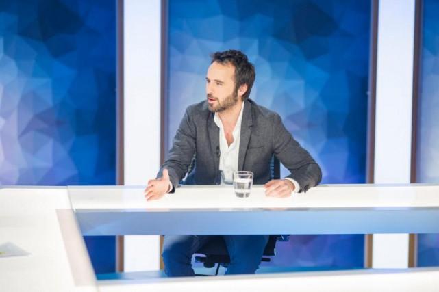 Sur le plateau de Déjà dimanche!, l'humoristeLouis-José Houde... (photo tirée de la page facebook de l'émission)