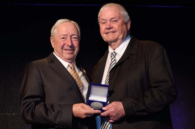 JACK ST-ONGE recevant la médaille d'argent des mains du lieutenant-gouverneur...