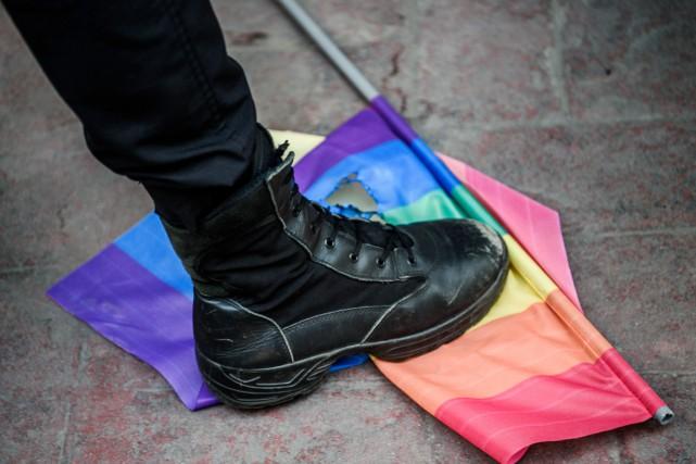 Un policier antiémeute piétine un drapeau arc-en-ciel, symbole... (PHOTO OZAN KOSE, ARCHIVES AFP)