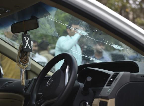 Les officiers pakistanais ont inspecté la balle tirée... (PHOTO AFP)