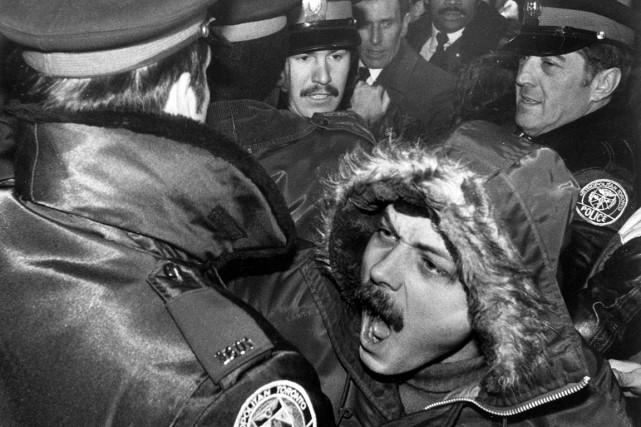 Des policiers tentent de contenir un millier de... (Photo Gary Hershorn, archives PC)
