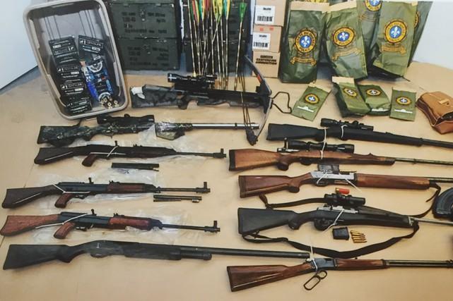 Dix armes à feu et beaucoup de munitions... (PHOTO FOURNIE PAR LA SÛRETÉ DU QUÉBEC)
