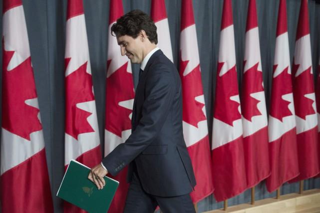 Le premier ministre Justin Trudeau quitte la conférence... (PHOTO Adrian Wyld, PC)
