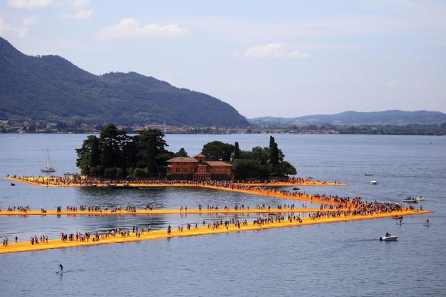 L'oeuvre de Christo sur le lac italien d'Iseo est victime de son succès: en... (PHOTO AFP)