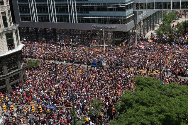 Des milliers de personnes ont envahi le centre-ville... (Photo Aaron Josefczyk, Reuters)