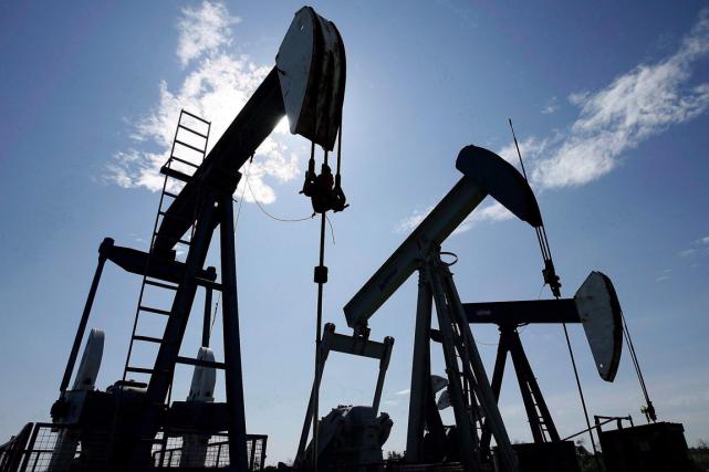 Les cours pétroliers ont encore nettement baissé lundi, toujours plombés par... (PHOTO LARRY MACDOUGAL, ARCHIVES PC)