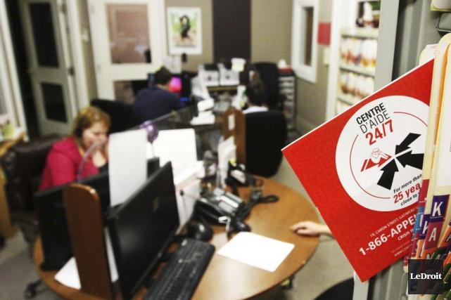 À contrecoeur, les employés du Centre d'aide24/7 ont entériné lundi soir une... (Archives, LeDroit)