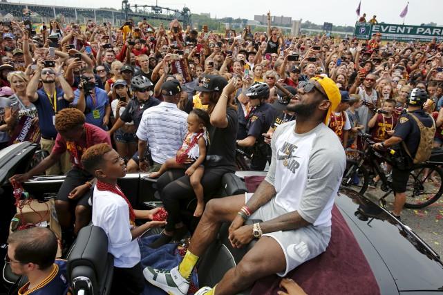 Les fans des Cavaliers tentaient d'apercevoir LeBron James... (Associated Press)