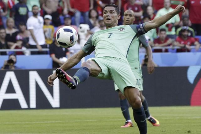 Cristiano Ronaldo a complété un doublé à la 62e minute, mercredi,... (Associated Press)