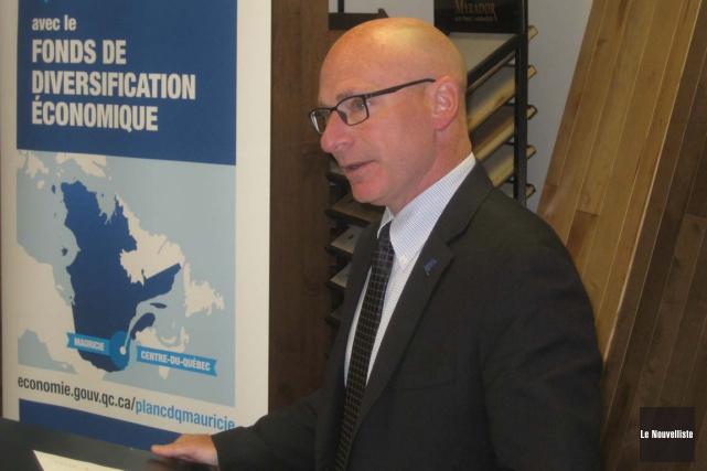 Le député de Trois-Rivières, Jean-Denis Girard, faisant l'annonce... (Marc Rochette, Le Nouvelliste)