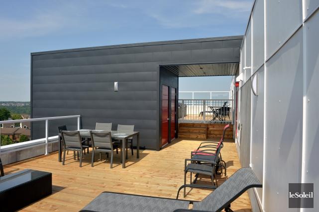 Sur la terrasse aménagée sur le toit, des... (Le Soleil, Jean-Marie Villeneuve)