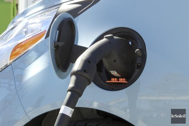 Une voiture électrique en recharge... (Photothèque Le Soleil)