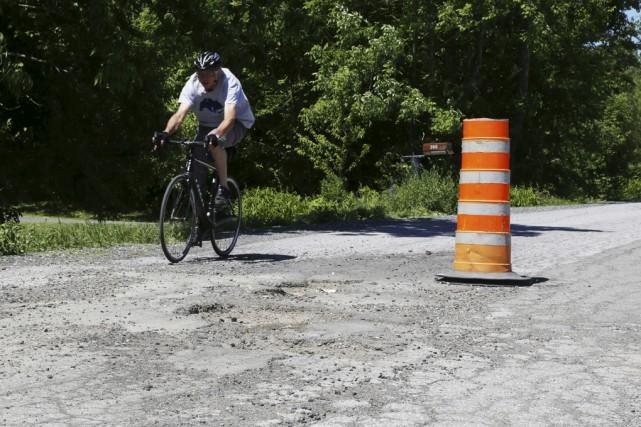 Plusieurs cyclistes passent par le poste frontalier de... (photo janick marois)