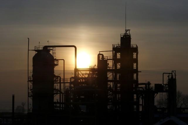Les cours du pétrole ont nettement monté lundi au retour d'un week-end marqué... (Photo archives Reuters)