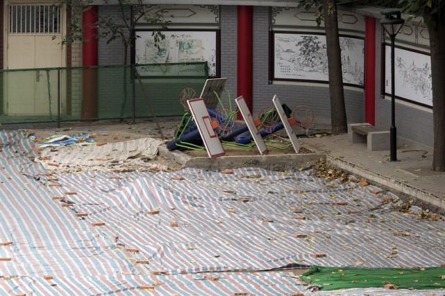 Une bâche recouvre l'endroit où une piste de... (Photo Ng Han Guan, AP)