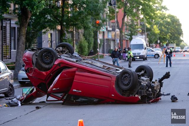Une voiture a capoté ce matin vers 5h30... (PHOTO DAVID BOILY, LA PRESSE)