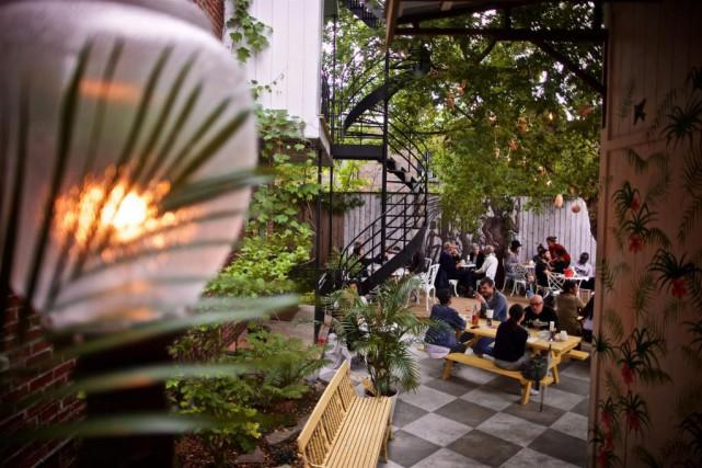 Rattachée au restaurant, qu'il faut traverser, la terrasse... (photo andré pichette, la presse)