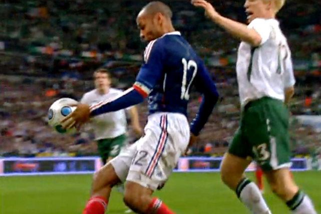 Une main de l'attaquant français Thierry Henry (à... (Photo archives AFP)