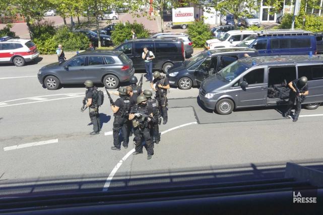 Des membres des forces spéciales allemandes arrivent au... (PHOTO Rhein-Neckar-Fernsehen, REUTERS)