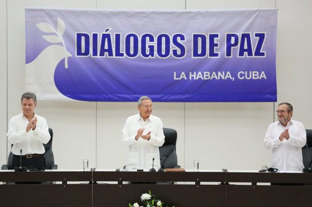 Les présidents colombien et cubain, Juan Manuel Santos... (PHOTO Alexandre Meneghini, REUTERS)